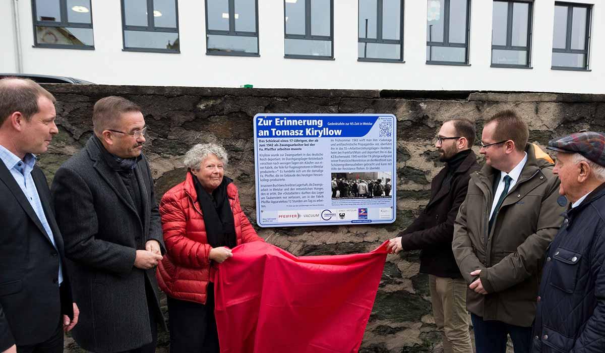 Gedenktafelenthüllung zu Ehren von Tomasz Kiryllow vorm Hessenkolleg