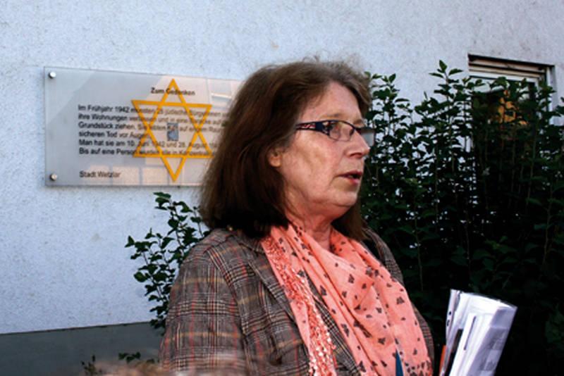 Marainne Peter vor dem ehemaligen jüdischen Ghetto in der Jahnstraße