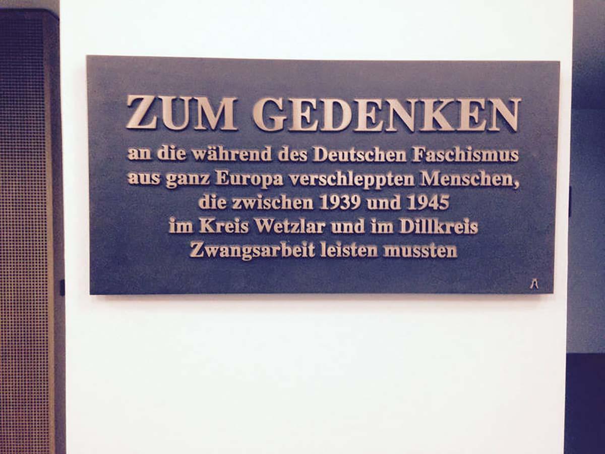 Gedenktafelim Kreishaus zur Erinnerung an die NS-Zwangsarbeit