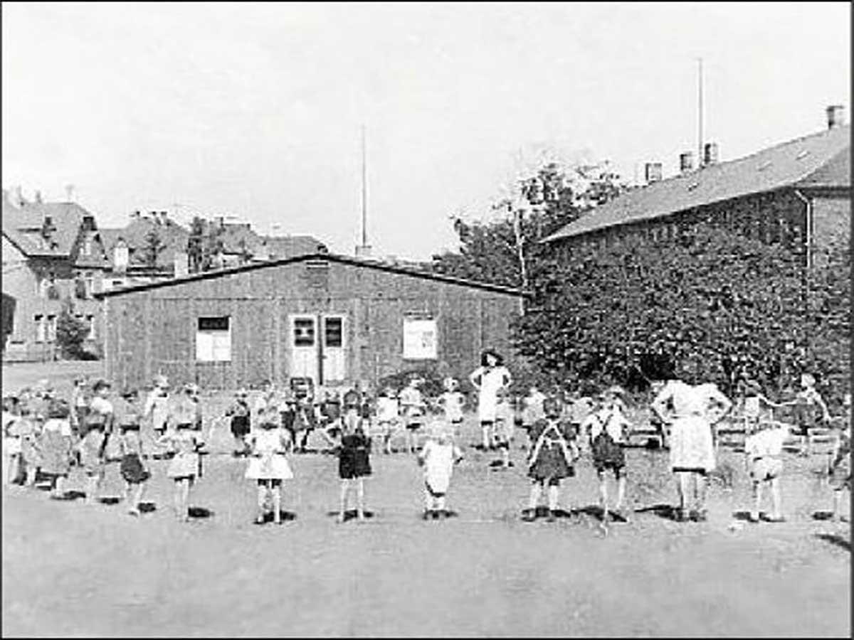 Zwangsarbeiterbaracke nach 1945 als Kindergarten genutzt