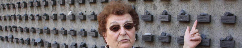 """Gisela Jäckel vor der Mauer am Museum """"Jüdisches Ghetto"""" in Frankfurt"""