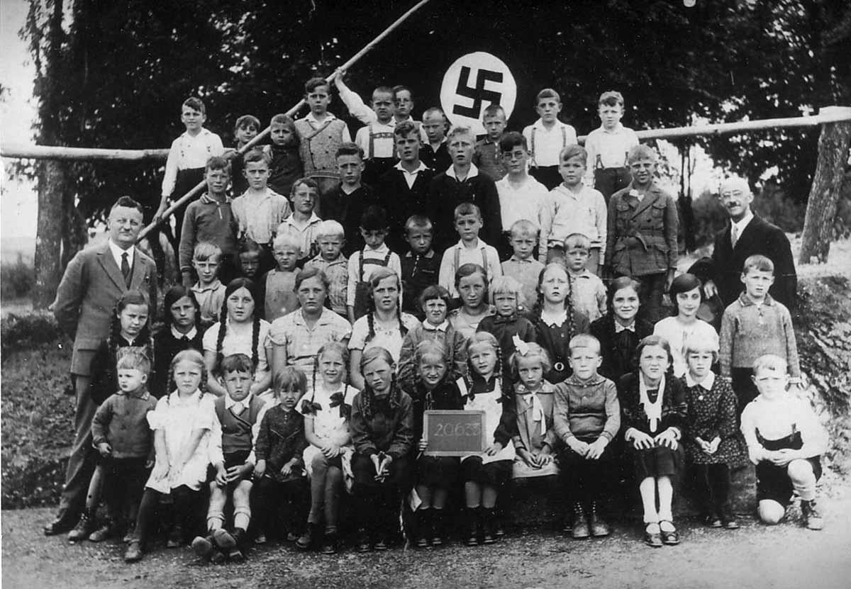 Alltag im 3. Reich: Volkschulklasse unterm Hakenkreuz