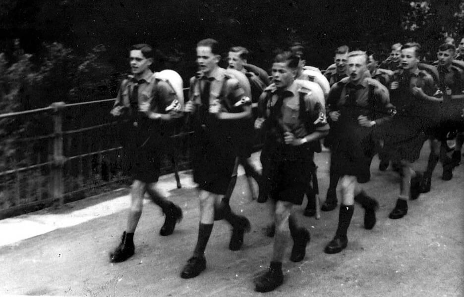 Alltag im 3. Reich: Hitlerjugend marschiert im Gleichschritt mit LiedAlltag im 3. Reich: Hitlerjugend marschiert im Gleichschritt mit Lied