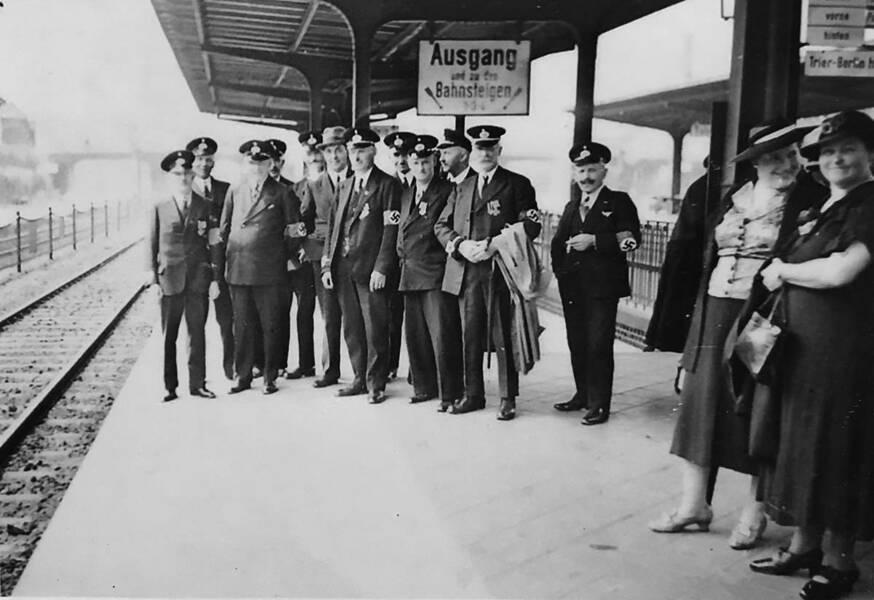Alltag im 3. Reich: Ausflug einer Berufsvereinigung am Bahnhof Wetzlar mit Hakenkreuzarmbinden