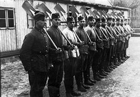 Alltag im 3. Reich: Trupp des Reichsarbeitsdienst in Reih und Glied
