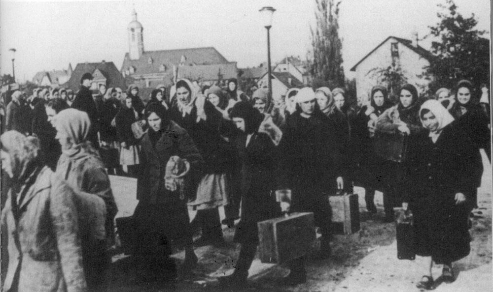 Ostarbeiterinnen auf dem Weg in das Leitzlager