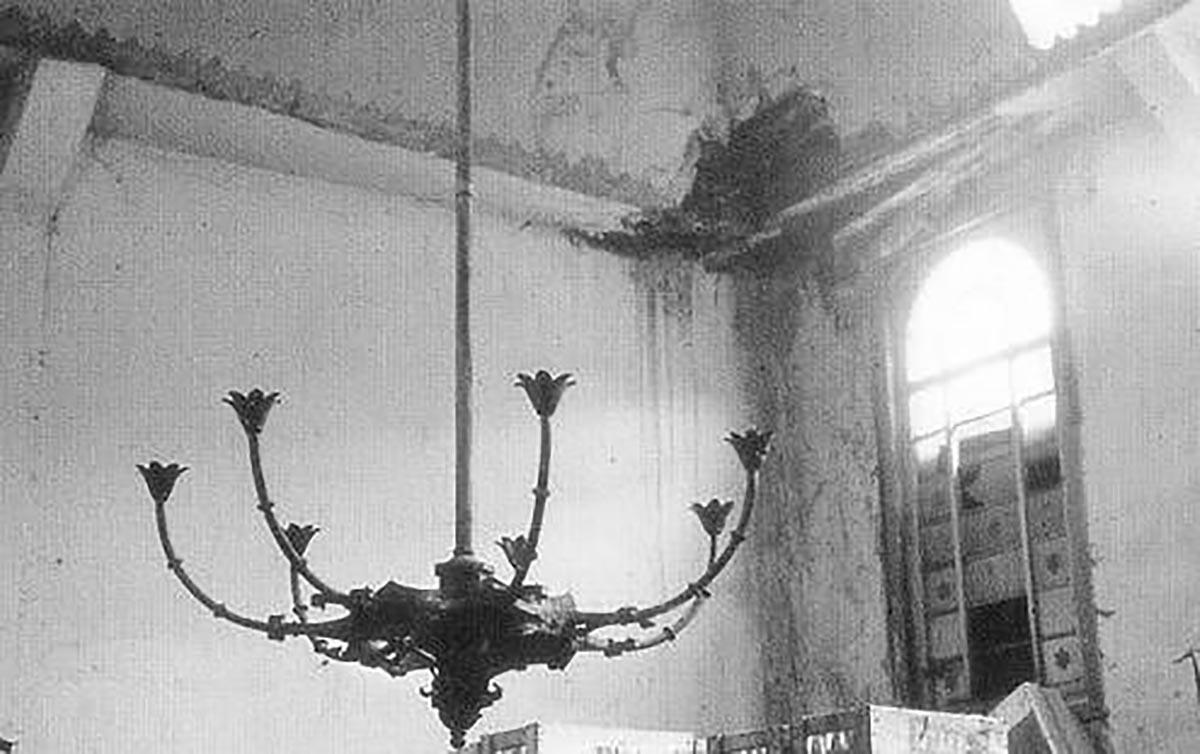 Demolierter Kronleuchter in der Synagoge