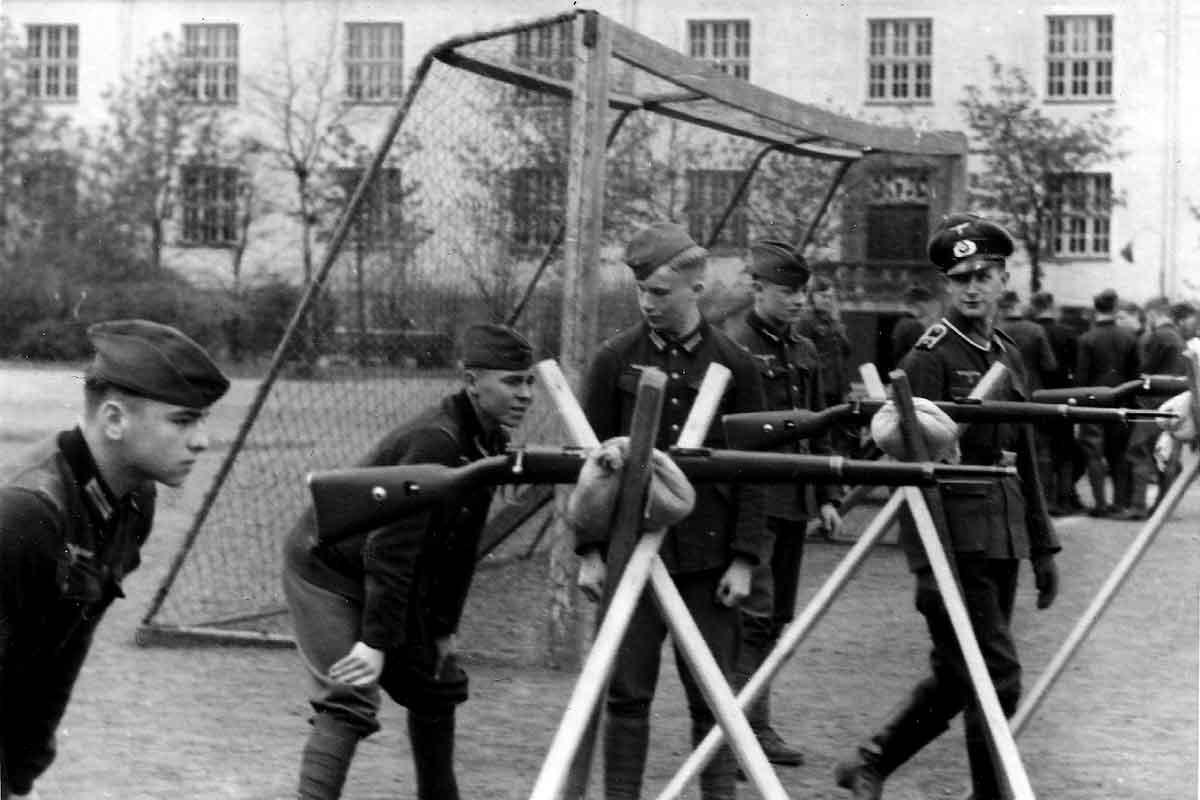 Operation Barbarossa 1942 Rekrutenausbildung am Gewehr in der Spilburg