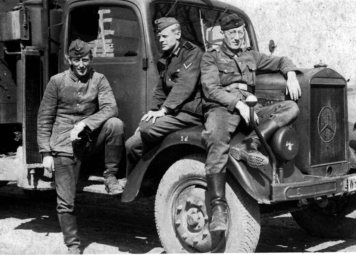 Waldemar Lesser Bild mit Kameraden auf Holzvergaßer Feldpostbriefe